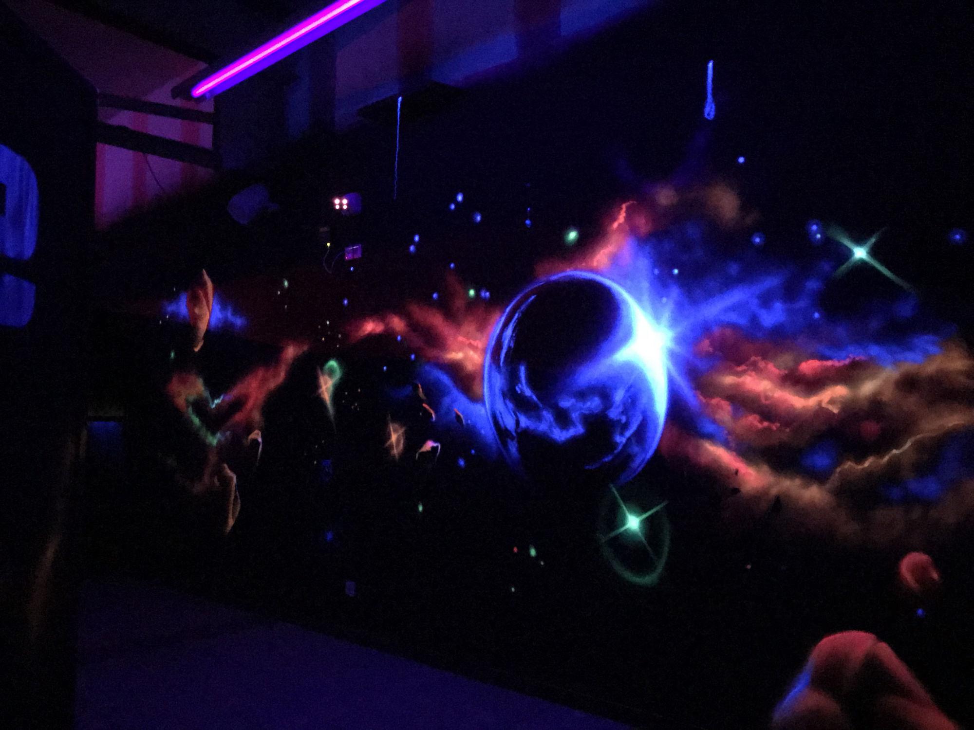 07-graffiti-decor-fresque-peinture-fluo-lumiere-noire