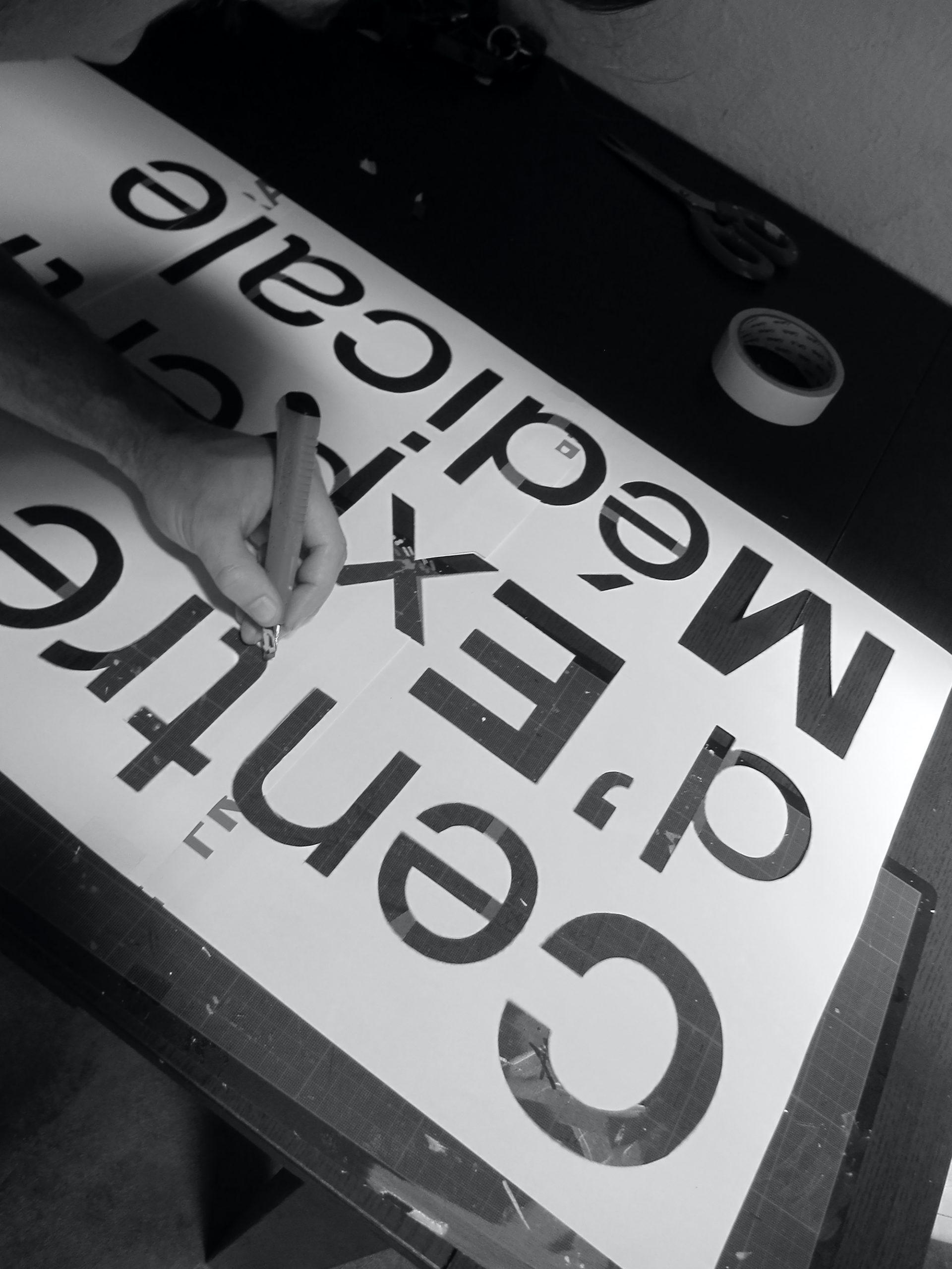 decoration-planete-medical-aeroport-fresque-typographie-pochoir