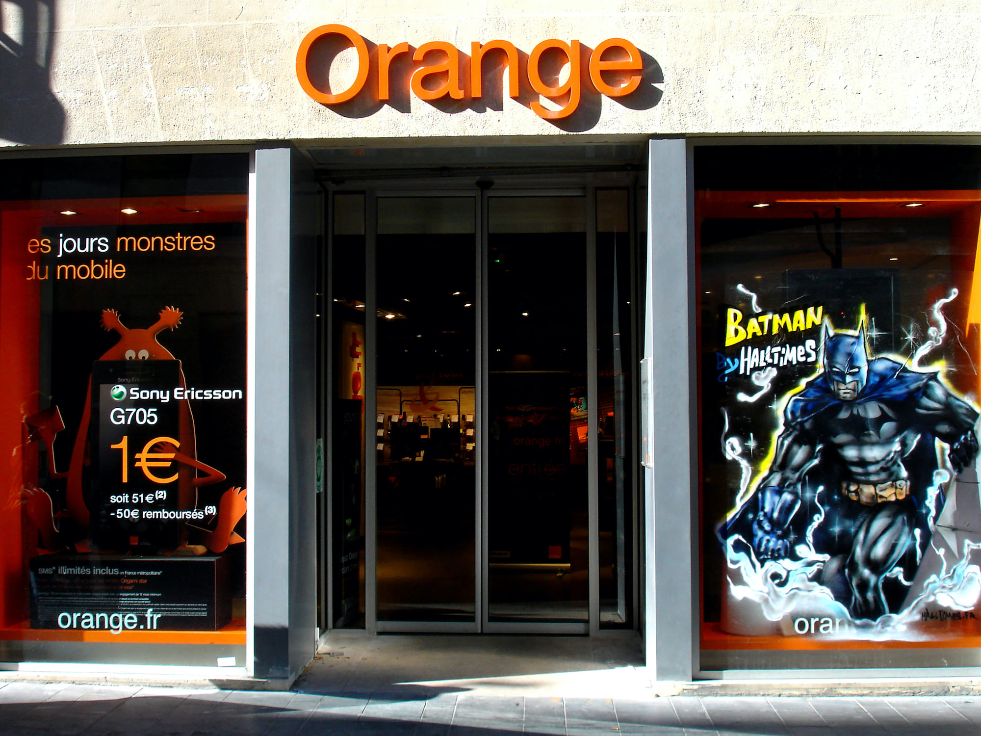 Vitrine-graffiti-graffeur-artiste-decorateur-batman-orange