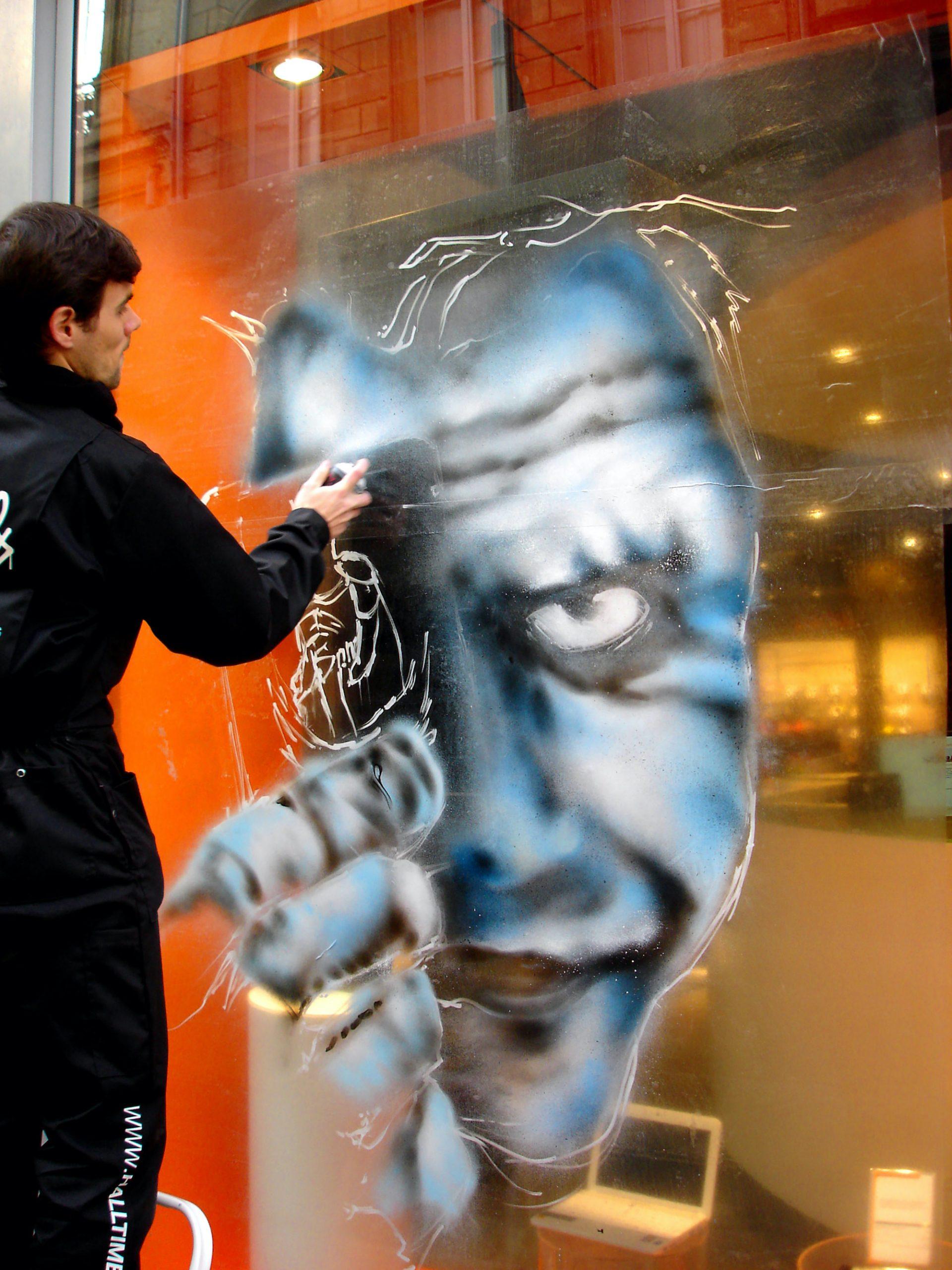 graffeur sur vitrine decor magasin toulouse